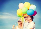 Mutlu bir aile açık havada renkli balonları — Stok fotoğraf