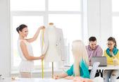 Office での作業のファッション ・ デザイナーの笑みを浮かべてください。 — ストック写真