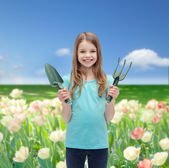 Smiling little girl with rake and scoop — Stockfoto