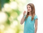 Smiling little girl drinking milk out of glass — ストック写真