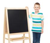 空白の黒板と幸せな小さな男の子 — ストック写真