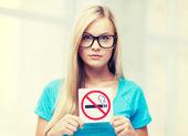 吸烟限制标志的女人 — 图库照片