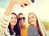Friends taking picture with smartphone camera — Foto Stock