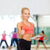 Uśmiechający się sportowy z komputera typu tablet pc — Zdjęcie stockowe