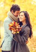 Romantyczna para całuje w parku jesień — Zdjęcie stockowe