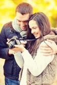 Casal com câmera fotográfica no parque outono — Foto Stock