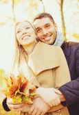 Romantic couple in the autumn park — Stockfoto
