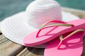 帽子、海辺でスリッパのクローズ アップ — ストック写真