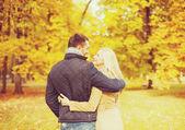 Pareja romántica besos en el parque otoño — Foto de Stock