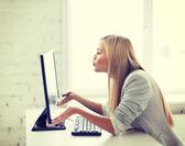 Mujer feliz con ordenador portátil — Foto de Stock