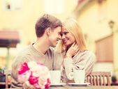 Romantický šťastný pár líbání v kavárně — Stock fotografie