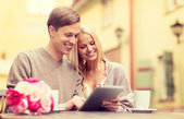 Couple with tablet pc in cafe — Stockfoto