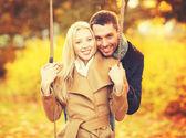 秋の公園でロマンチックなカップル — ストック写真