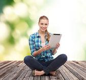 床に座っているカジュアルな服装の若い女性 — ストック写真