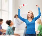 卒業証書を持つ女性の笑みを浮かべてください。 — ストック写真