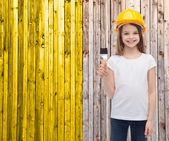 Улыбается маленькая девочка в шлем с валиком — Стоковое фото