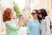 Sonrientes adolescentes con cámara — Foto de Stock
