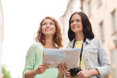 Ler tonårsflickor med karta och kamera — Stockfoto
