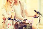 пара, держась за кофе и езда на велосипеде — Стоковое фото