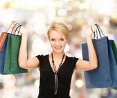 购物袋的可爱女人 — 图库照片