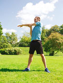 Hombre sonriente estirando al aire libre — Foto de Stock