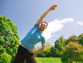 屋外ストレッチ笑みを浮かべて男 — ストック写真