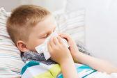 Chłopiec chory na grypę w domu — Zdjęcie stockowe