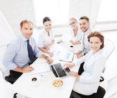 Бизнес группы, имеющие совещание в офисе — Стоковое фото