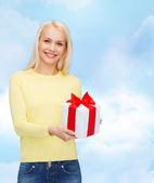 улыбающаяся девочка с подарочной коробке — Стоковое фото
