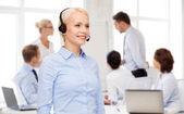 Freundliche weibliche helpline operator mit kopfhörern — Stockfoto