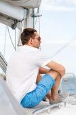 Man sitting on yacht deck — Stock fotografie