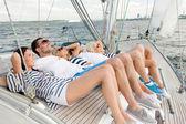 Улыбающиеся друзья, лежал на палубе яхты — Стоковое фото