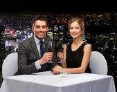 Giovane coppia con bicchieri di vino al ristorante — Foto Stock