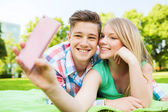 Smiling couple in park — Stock Photo