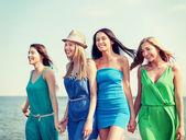 Κορίτσια που περπατούν στην παραλία — Φωτογραφία Αρχείου