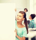 Femme avec un tableau blanc blanc à l'école — Photo