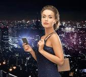 Mujer en vestido de noche con tarjeta vip — Foto de Stock