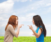 Two teenagers having a fight — Stockfoto