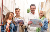 Group of friends with city guide, map and camera — Foto de Stock