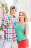 Smiling couple with ice-cream in city — Stockfoto