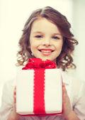 礼品盒的女孩 — 图库照片