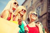 Güzel kadınlarla ctiy alışveriş torbaları — Stok fotoğraf