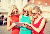 красивые девушки туристов, глядя в планшетный пк — Стоковое фото