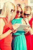 Tablet pc arıyorum güzel kızlar toursits — Stok fotoğraf