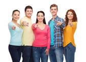 Gülümseyen genç grup — Stok fotoğraf