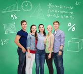 群微笑学生超过绿板 — 图库照片