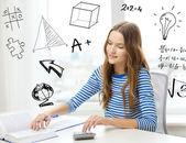 女学生用书、 笔记本和计算器 — 图库照片