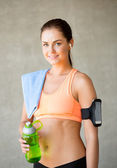 Woman with bottle of water in gym — Stockfoto