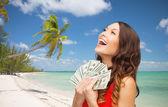 Kobieta w czerwonej sukni z nami dolara pieniędzy — Zdjęcie stockowe