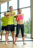 Sourire, homme et femme, exerçant dans la salle de gym — Photo